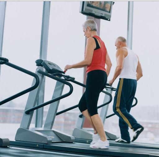 Người cao tuổi tập luyện với máy chạy bộ
